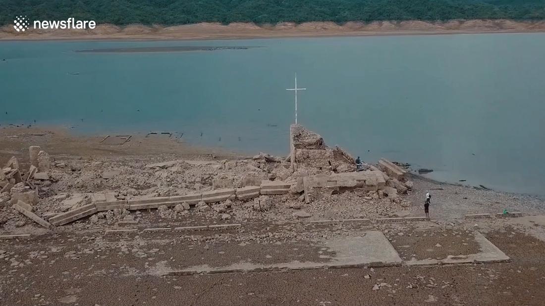 Verdronken Filipijns dorp voor het eerst in 50 jaar zichtbaar na aanhoudende droogte
