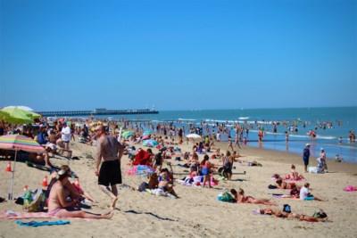 Veel volk aan de kust op heetste zomerdag maar draagt iedereen wel zijn mondmasker?