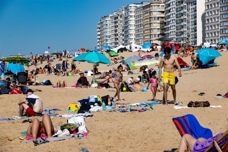"""Grote drukte op strand in Oostende op hete zomerdag: """"Tevreden over spreiding, maar mondmasker dragen blijft een werkpunt"""""""