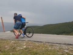 Dit zag u nog niet na de zege van Evenepoel: toeschouwers verhinderen dat renners van fiets geblazen worden door snoeiharde wind