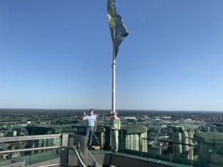 """Oud-Scout Lucien (77) trotseert 538 treden om vlag te hijsen op Sint-Romboutstoren: """"Afdalen blijft langer in de benen hangen"""""""