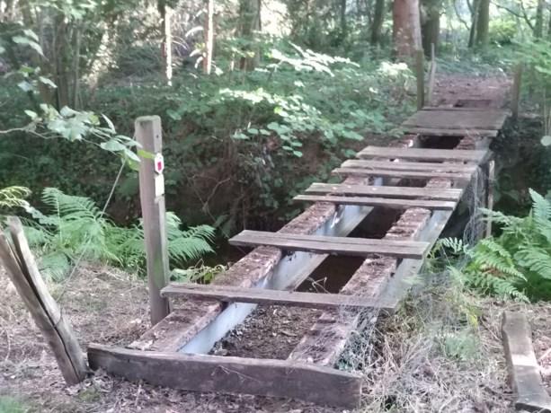 """Vandalen vernielen wandelbrug in natuurgebied: """"Solide constructie, maar niet voorzien op bruut vandalisme"""""""