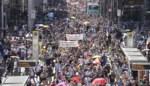 Duizenden Duitsers betogen zonder mondmaskers of social distancing tegen coronamaatregelen