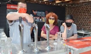 """Dit café kiest het 'schoonste mondmasker' van het dorp: """"Zo redden we toch iets van onze roemrijke kermis"""""""