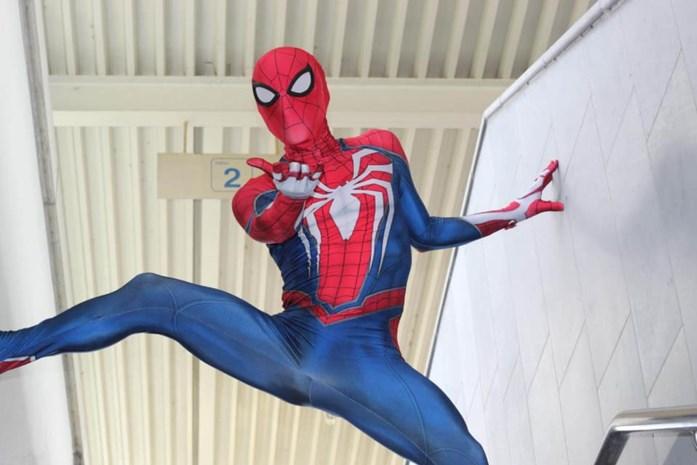"""Overdag werkt hij in een tuinbouwbedrijf, maar 's avonds loopt David (30) als Spiderman door de straten van Harelbeke: """"En toch ben ik liever Batman"""""""