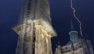 Video toont zeldzame blikseminslag op kathedraal van Antwerpen