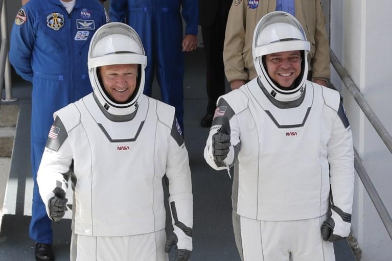 Bemanning eerste commerciële vlucht van SpaceX is terug thuis: geland in Atlantische Oceaan