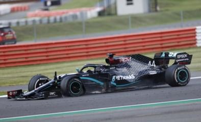 Spektakel in Britse Grote Prijs: Lewis Hamilton komt met lekke band over de streep, maar wint wel