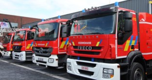 Brandweer herstelt losgekomen dakgoot en reclamepaneel
