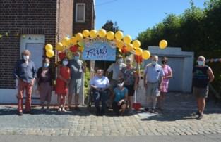 Buren versieren huis voor verjaardag van Frans (100)