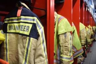 Zware uitslaande brand in loods Oostkamp, wagens brandden volledig uit