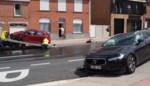 """Twee wagens vernield bij aanrijding op steenweg: """"Het was een hevige knal"""""""