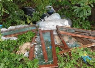 Sluikstorter dumpt ramen, glas en vuilniszakken op boogscheut van drukke Kennedylaan