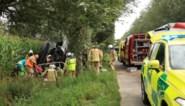 Vrachtwagenbestuurder overleden na crash in sloot, man werd wellicht onwel