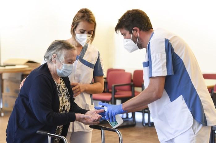 """Ook bij 30 graden moeten bewoners woon-zorgcentra mondmasker dragen buiten hun kamer: """"Extra taak voor personeel om dat goed in de gaten te houden"""""""