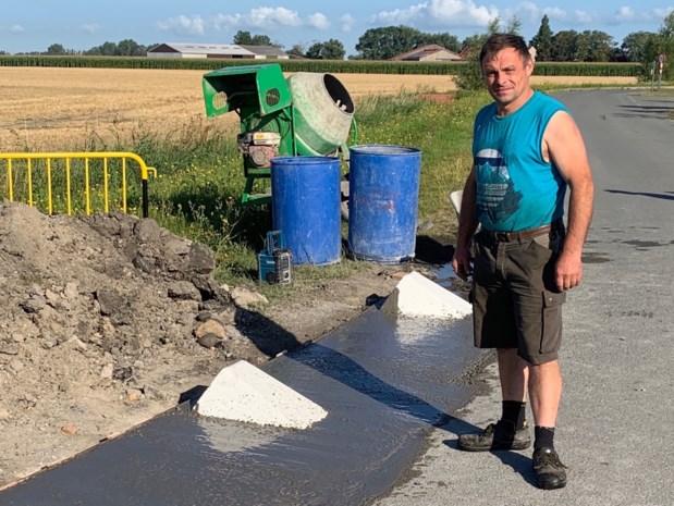 """Landbouwers protesteren tegen betonnen blokken langs smalle boerenwegen: """"Nu kunnen we niet meer uitwijken voor fietsers"""""""