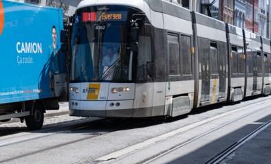 """""""Schrap de parkeerplaatsen"""": tramreizigers zijn vertragingen door foutparkeerders beu"""