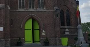 """Nieuw kleurtje van kerkdeur gaat vlot over de tongen: van """"fris en opvallend"""" tot """"bordeelachtig"""""""