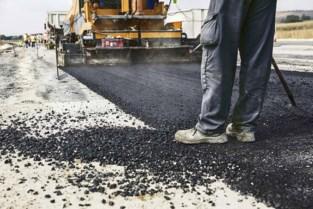 Aannemer pakt asfalt in reeks straten aan