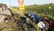 """Fietsster (56) zwaargewond nadat tractor van aanhangwagen valt en haar mee in gracht sleurt: """"We dachten dat ze eronder was beland"""""""