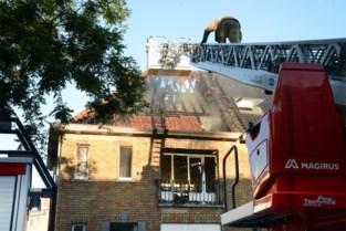 Zware brand legt woning volledig in de as, twee bewoners naar ziekenhuis