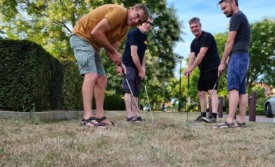 Bubbels spelen minigolf op Machelse pleintjes