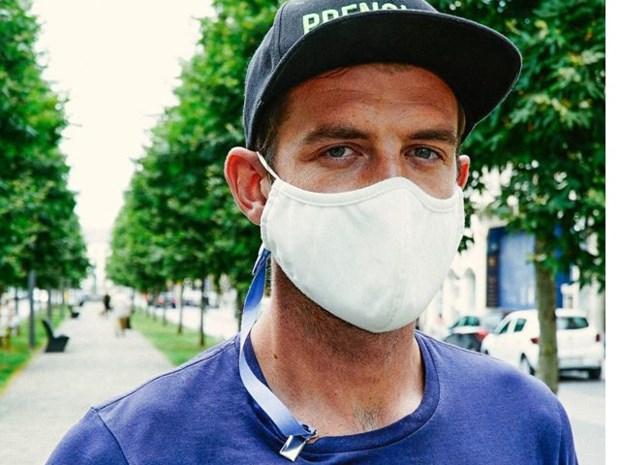 """Nooit meer je mondmasker vergeten met de 'lapkoor' van Kjell: """"Vooral veel vraag uit horeca en havensector"""""""
