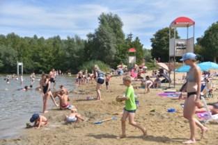 """Baders herontdekken strand van provinciaal domein: """"Waarom naar zee gaan als je vlak bij huis kan genieten van water en strand?"""""""
