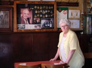 """Cafébazin Lea (80) zag Ilse Uyttersprot zondag nog in haar stamkroeg: """"Haar foto krijgt hier een plaats naast die van haar vader Raymond"""""""