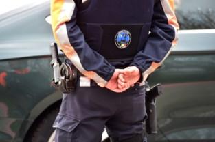 Anonieme wagen van federale politie vliegt in ruit van beddenwinkel