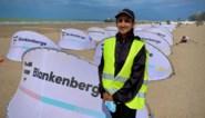 """Turfah (20) wijst strandgangers de weg in Blankenberge: """"Het is opvallend hoe goed iedereen meewerkt"""""""