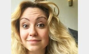 """Sara (29) lacht met stereotiepe hippe 'Dansaertvlamingen' op sociale media: """"Allemaal een rugzak van Fjällraven, matcha thee en een monstera van de plantenmarkt"""""""