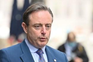 """Bart De Wever versoepelt mondmaskerplicht in Antwerpen en gaat zo in tegen Cathy Berx: """"Ik vind het niet verstandig wat de burgemeester nu zegt"""""""