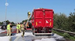 Vrachtwagenoplegger brandt uit op E40 in Erembodegem