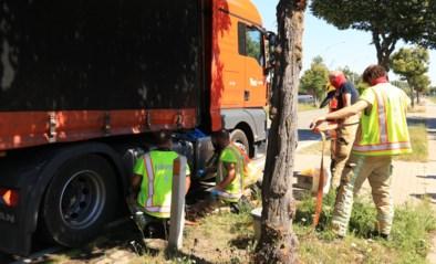 Breekijzer doorboort brandstoftank van truck: tientallen liters diesel stromen de weg op