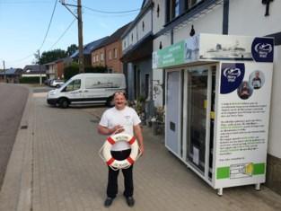 André Bloemen verkoopt brood voor Mercy Ships in Afrika