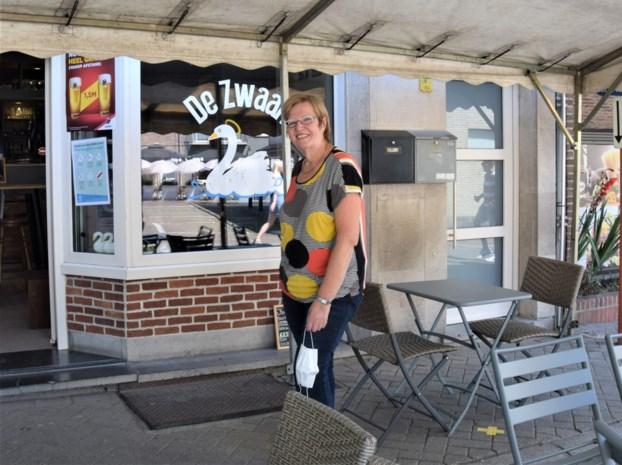 """Eliane (65) opent haar nieuwe café in volle coronacrisis: """"Op mijn openingsdag kreeg ik al vier keer controle"""""""