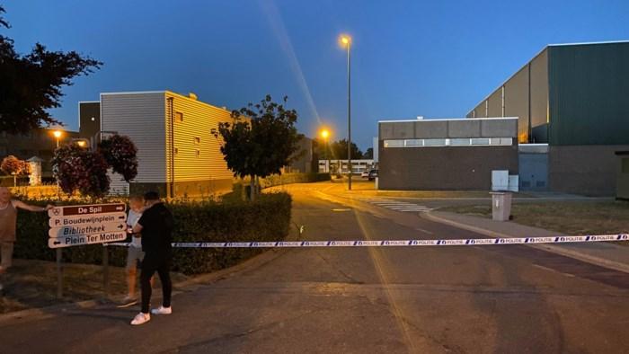 Man schiet vrouw (42) in been aan sporthal in Dilsen-Stokkem en vlucht weg