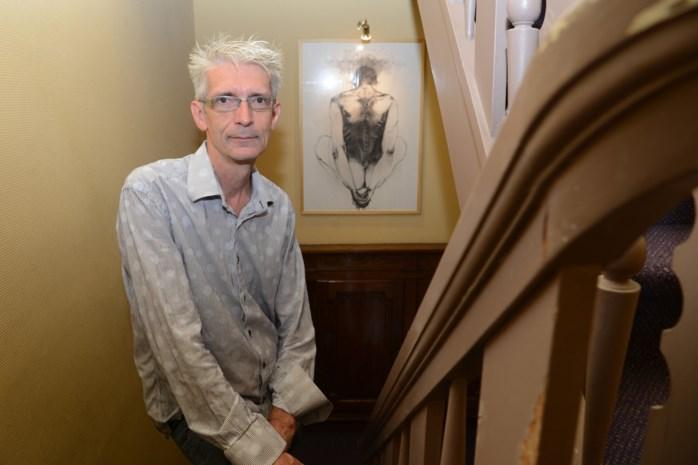 """Kunstenaar Peter tovert leegstaande woning om tot galerij: """"De iets explicietere werken vind je in de kelder"""""""