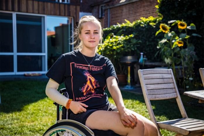"""""""Als ik maar van die helse pijn verlost ben"""": Fiene (16) kiest zelf voor beenamputatie en hoopt zo bucketlist waar te maken"""