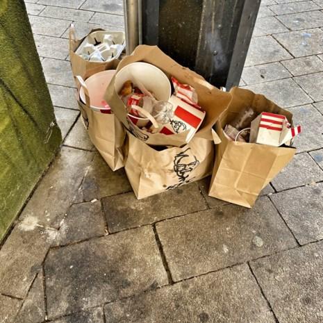 Hier dreigt een afvalprobleem: emmers van fastfoodketen passen niet in vuilnisbakken van stad