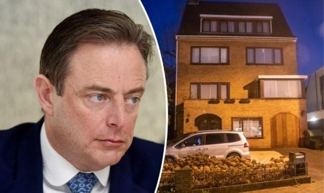 Bart De Wever richt luchtkarabijn op verwarde man die zich 's nachts in tuin ophoudt
