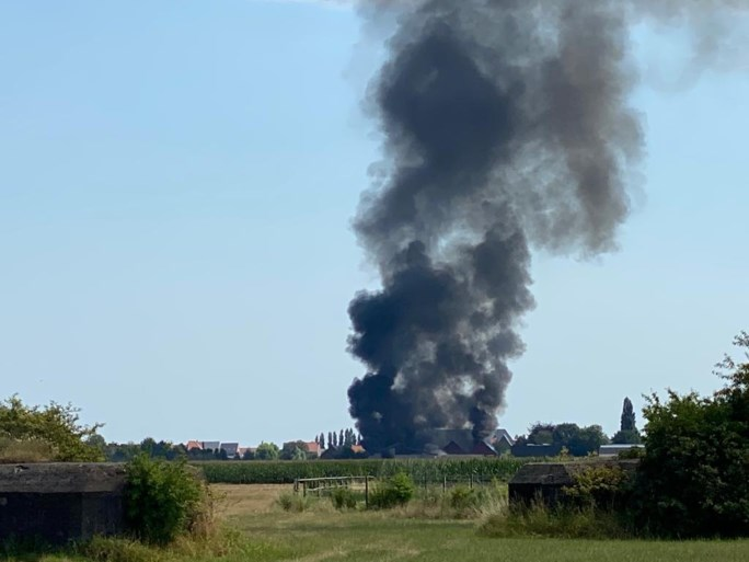 Zware brand bij fruit- en groentehandel: drie loodsen gaan in vlammen op