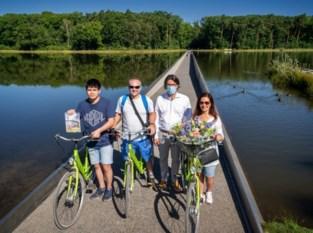 Miljoenste bezoeker fietst door het water in Bokrijk