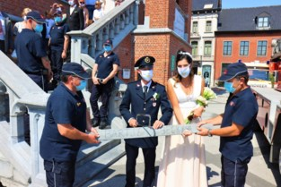 Collega's verrassen trouwende brandweerman