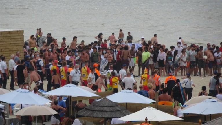 """VIDEO. Massale vechtpartij op het strand van Blankenberge: """"Parasols vlogen in het rond, stokken van zeilen gebruikt als wapens"""""""