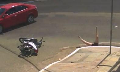 Vrouw wordt aangereden door auto maar daar blijft het niet bij
