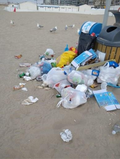"""Vrijwilligers ruimen in één dag ruim 2.000 liter afval op van het strand: """"Dit was een oorlogszone"""""""