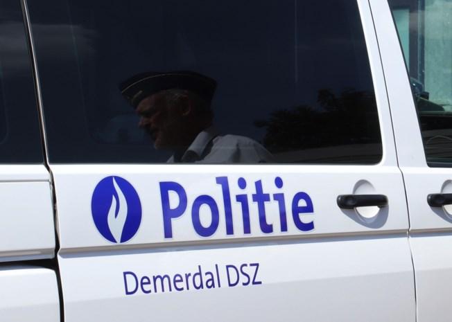 Vrouw bijt twee politie-agenten