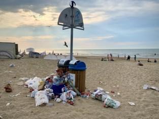 """Strand opnieuw bezaaid met afval, ondanks zware investeringen: """"Een van die uitzonderlijke dagen"""""""